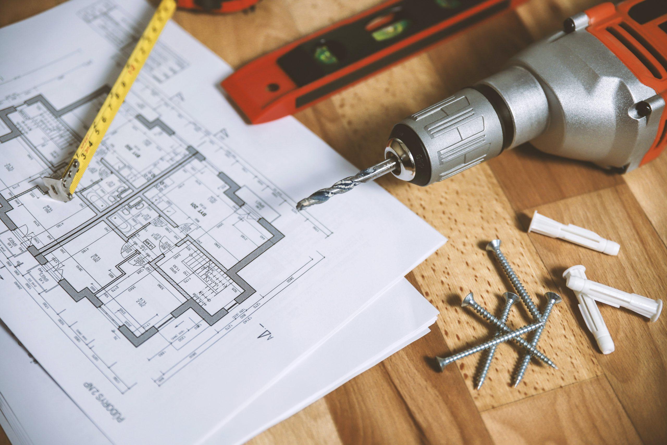 Photo d'outils et d'un plan de maison